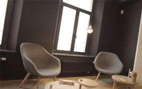 salon moderne avec fauteuils taupe
