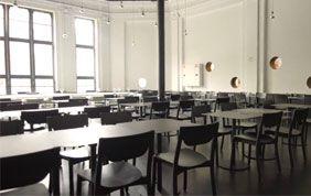 salle avec tables et chaises