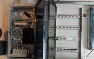 tableau électrique avec porte transparente