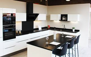 Cuisine moderne noire et blanche