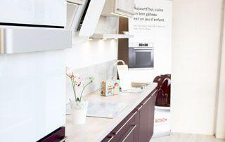 plan de travail blanc et cuisine en bois de couleur acajou