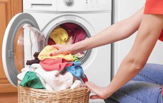 femme remplissant son lave-linge