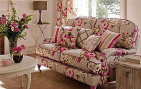 canapé et rideaux assortis : beige à fleur roses