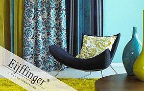 salon avec rideaux bleu noir et blanc à motifs