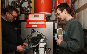 deux chauffagistes durant l'entretien d'une chaudière industrielle