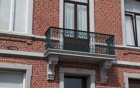 belle façade avec balcon après rénovation