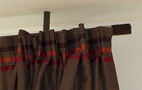 finition froncée pour rideau sur barre en bois