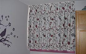 rideaux à fleurs dans chambre à coucher