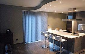 cuisine avec petite fenêtre fermée par des stores à lamelles verticales