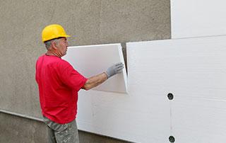 Pose de panneaux isolants