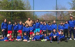 Equipe d'enfants et d'entraineurs
