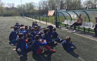 Groupe d'enfants qui écoutent le coach
