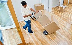 déménageur qui porte des cartons