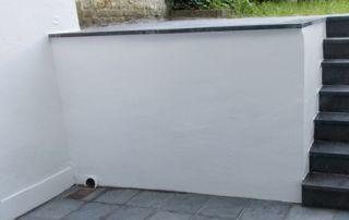 muret peint en blanc