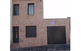volets bruns et porte de garage