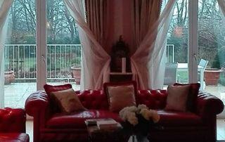 baies vitrées et canapé rouge