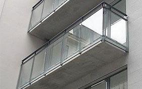 terrasse suspendue en verre et acier