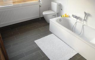 salle de bain avec baignoire classique