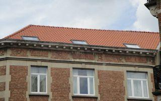 immeuble avec toit en tuiles