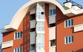 immeuble avec toit arrondi et menuiseries extérieures blanches