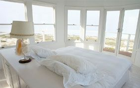 chambre à coucher avec baie vitrée sur vue panoramique