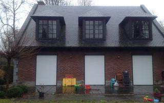 maison avec châssis bois et volets blancs pvc