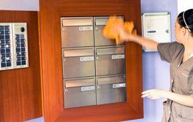 nettoyage de boîtes aux lettres dans hall d'immeuble