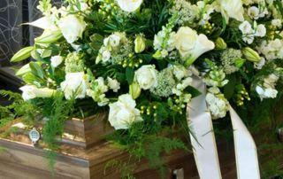 cercueil et couronne mortuaire