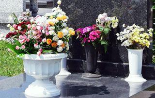 pierre tombale fleurie