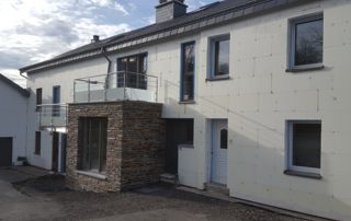 maison avec menuiseries extérieures en PVC