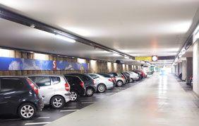 Voitures garées dans un parking sous-terrain