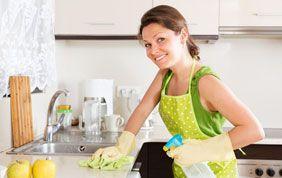 Femme de ménage qui nettoie un plan de travail
