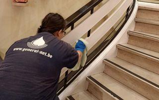 Dépoussiérage rampe escaliers