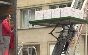 transport cartons sur élévateur