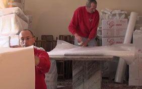 déménageurs qui démontent des meubles