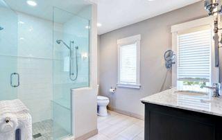 salle de bain avec douche en verre