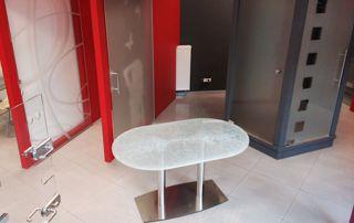 Table en verre et exposition de portes vitrées
