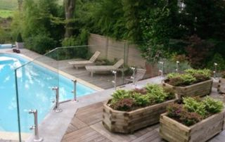 piscine avec paroi en verre autour de la terrasse