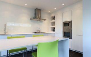 belle cuisine moderne blanche et chaises vertes
