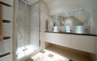 belle salle de bain moderne en verre
