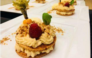 Dessert sur assiette avec fruits frais et coulis