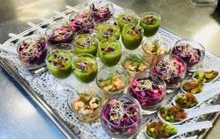 Buffet avec des verrines et des cuillères colorées