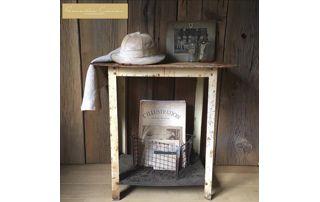 Table ancienne et chapeau