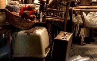 Valise, chaises et autres objets anciens