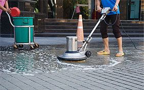 personnel de nettoyage à l'action