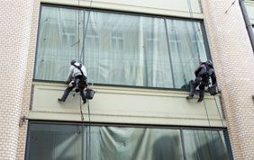 Nettoyage de fenêtre extérieure en hauteur
