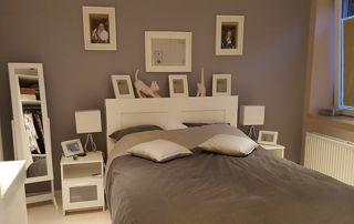 chambre à coucher avec revêtements muraux bruns