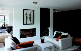 Salon blanc moderne et feu ouvert