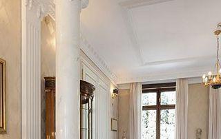 Plafond blanc et moulures