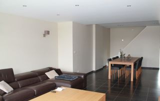 Salon et table basse murs blancs
